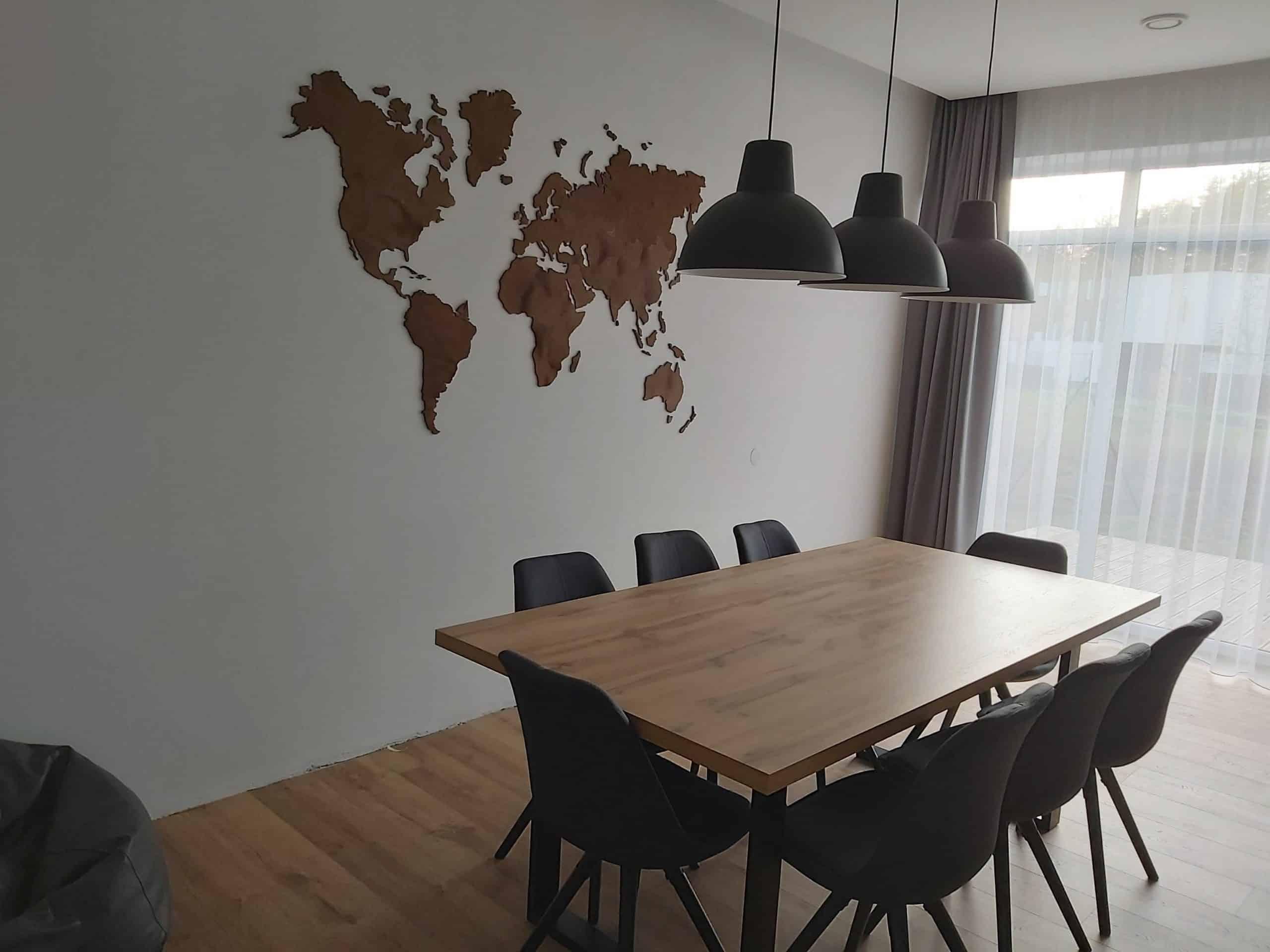 Medinis pasaulio žemėlapis kabinamas ant sienos. Darbo pavyzdys