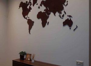 Medinis pasaulio žemėlapis kabinamas ant sienos